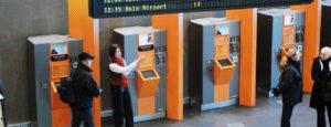 Bilde av personale ved billettautomater på Oslo S