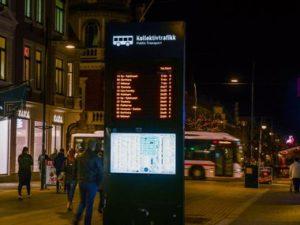 Bilde av informasjonstavle ved bussholdeplass