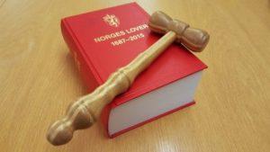 Bilde av lovbok og dommerklubbe