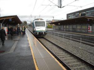 Foto av tog som på stasjon, med oppmerksomhetsfelt og ledelinjer