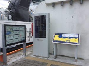 Foto av taktilt kart og ti automater med ruteinformasjon