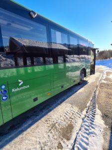 Bilde av buss som er stanset med for stor avstand til fortauskanten