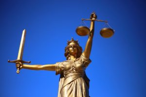 Bilde av Justitia med sverd og vektskåler